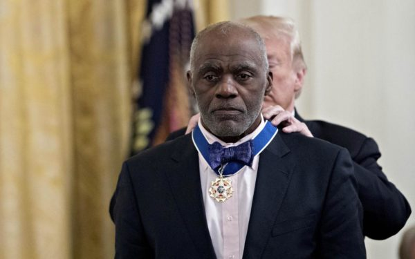 Alan Page, recebendo a medalha do Presidente Trump